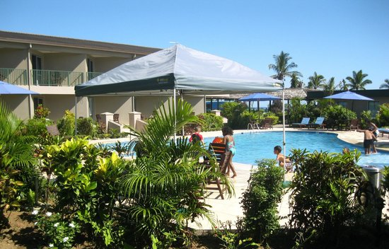 Tanoa Waterfront Hotel: Gardens around main pool