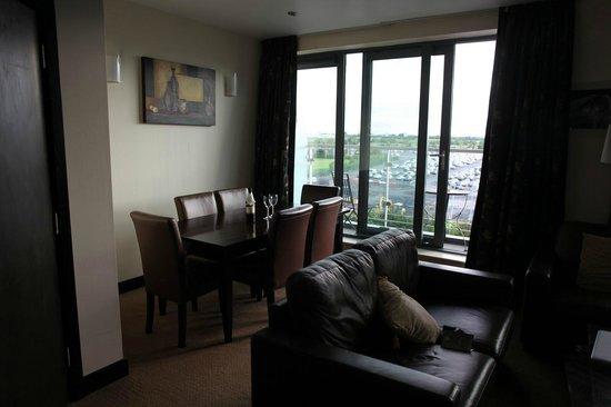 Carlton Hotel Dublin Airport: balcony doors off dining room