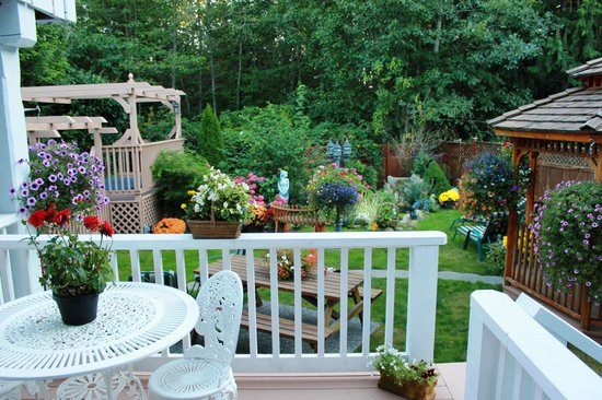 Blue Haven B & B: Patio window from bedroom to deck and garden