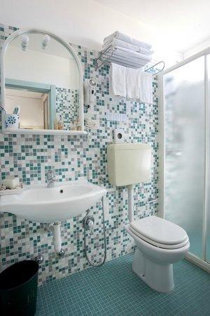 Bagno di una camera in mosaico - Picture of Hotel Sympathy, Rimini ...