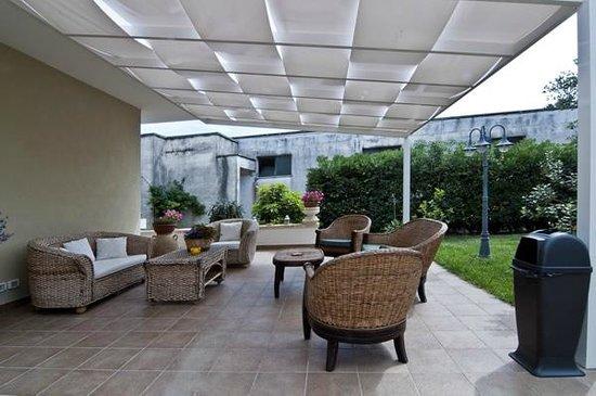 Veranda e zona relax in giardino foto di giardino dei - Veranda in giardino ...