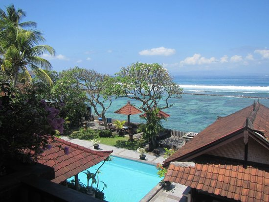 Dewa Bharata Candidasa Bungalows: The view from our room on the top floor