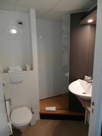 Brit Hotel Cancale - L'Alghotel : Il piccolo bagno e la doccia aperta
