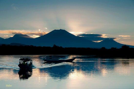Mimpi Resort Menjangan: Coucher de soleil sur la baie du Mimpi (vue sur les volcans de Java)