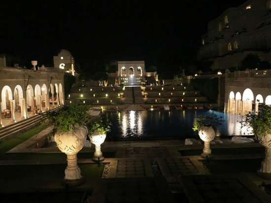 The Oberoi Amarvilas: Swimming pool and fountains by night