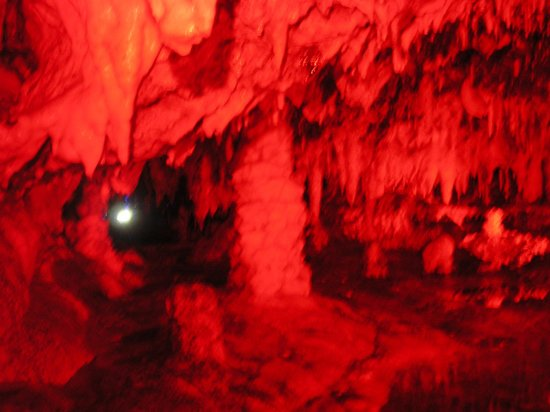 Hida Great Limestone Cave and Ohashi Collection Kan Museum: 中は幻想的ライトアップされている