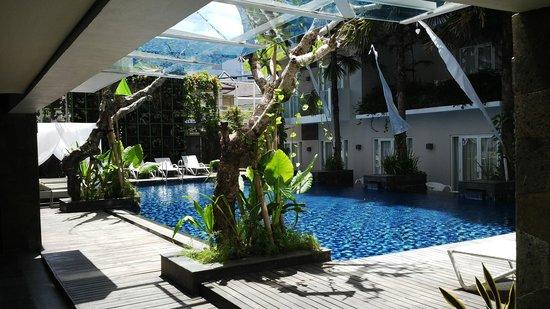 Grand Ixora Kuta Resort: clean swimming pool