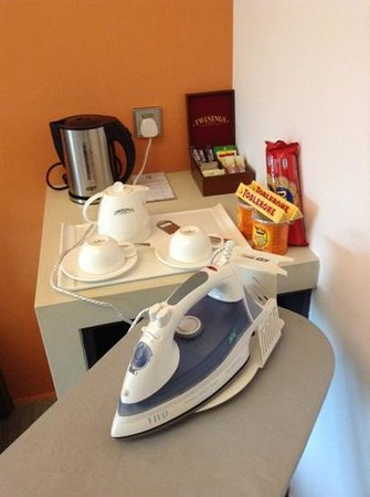 Wangz Hotel: snack bar with complimentary tea, coffee, 4 cans of soda