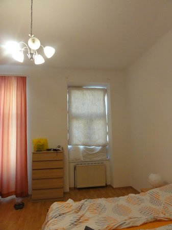 Pilgram Apartments: Notre bricolage pour occulter la fenêtre sur la rue...plafond très haut !!