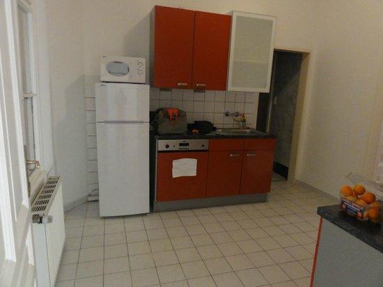 Park Apartments Wien: Cuisine avec le papier sur le lave vaisselle indiquant qu'il ne fonctionnait pas