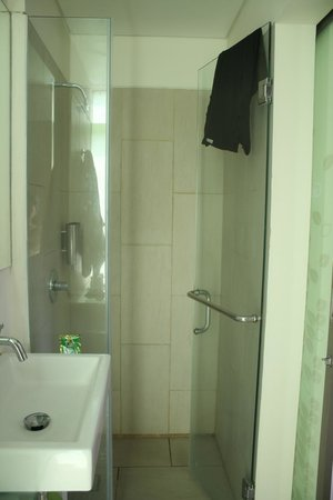 Grandmas Plus Hotel Seminyak: shower