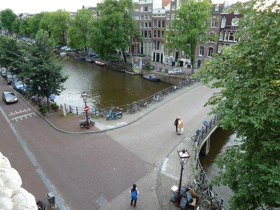 Hotel Brouwer : Vista al canal Singel desde la habitaciòn del 3º piso