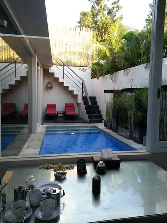 Kamuela Villas Seminyak: Private pool.. looking out from kitchen.  Amazing!