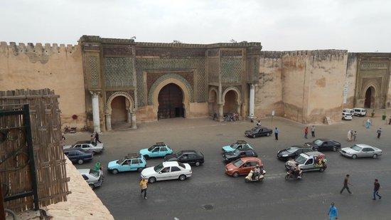 Pavillon des Idrissides: Vista di Bab el-Mansour dalla terrazza del ristorante