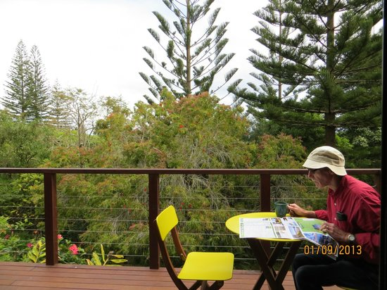 Broad Leaf Villas: Deck almost sits in the trees