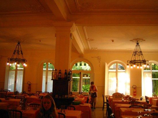 Hotel Palace: la grande e accogliente sala da pranzo in toni di bianco/panna