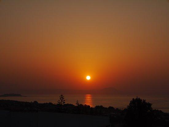 Rethymno Sunset Hotel: Удивительно красивый закат. Вид из номера.