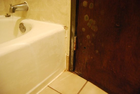 U.S. Travelers Inn & Suites: Bagno vecchio