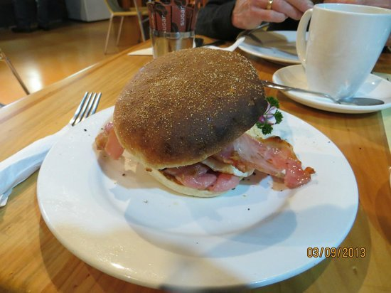 Golden Orb Bookshop Cafe: Great bacon & egg burger