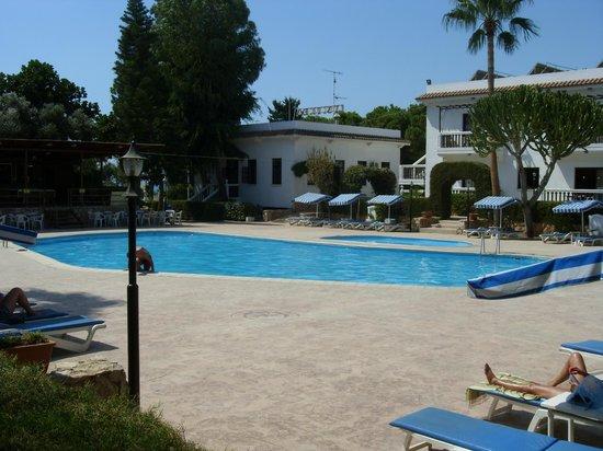 Lysithea Beach Hotel Apartments: бассейн