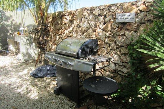 Bamboo Bali Bonaire - Boutique Resort: 2 BBQ in de tropische tuin, die je zelf kan gebruiken