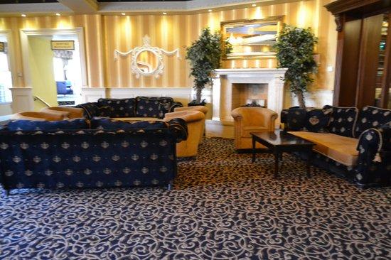 The Royal Hotel and Merrill Leisure Club: Main Lobby Entrance