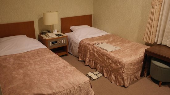 Hotel Crown Palaice Aomori: Beds plus A/C control (between the beds)