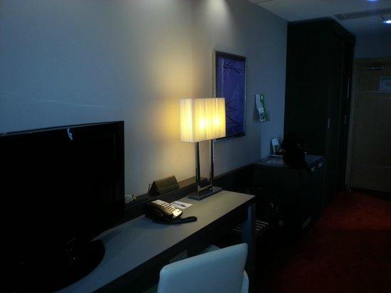 Holiday Inn Belgrade: Executive floor bedroom (very similar to standard, don't be afraid)