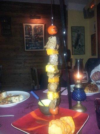 Restaurant Es Mussol: Brocheta Es Mussol con distintas carnes. También de Canguro!!!