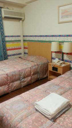Resort Inn Isobe: ツインのベッド(真上にエアコン)