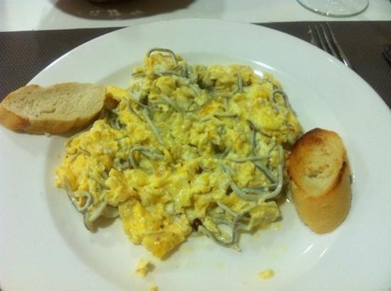 Tres Luces Hotel: Revuelto con gulas - menu primer plato