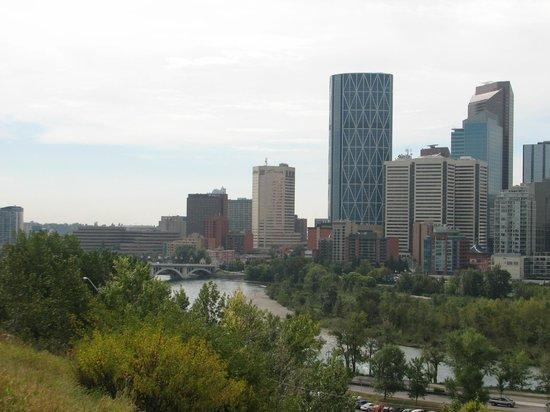 Delta Hotels Calgary Downtown: Lage des Hotel vom Bow-River aus geshen
