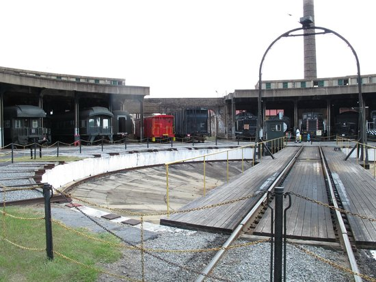 Georgia State Railroad Museum : The roundhouse and opertating turntable