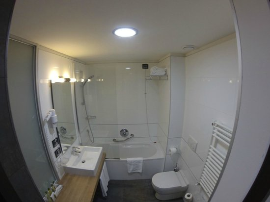 Doubletree by Hilton Milan: bathroom