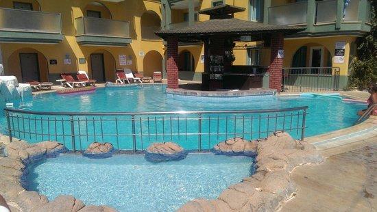 Rayon Apart: pool area