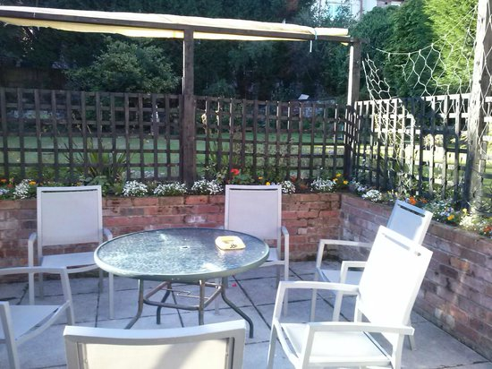 Albion Guest House: Patio