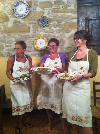 La Tavola Marche Agriturismo & Cooking School: The students present their dinner creations