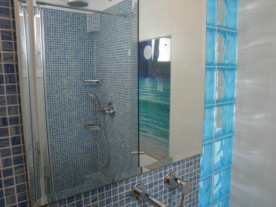 Poseidon Hotel - Suites : El baño muy nuevo y moderno