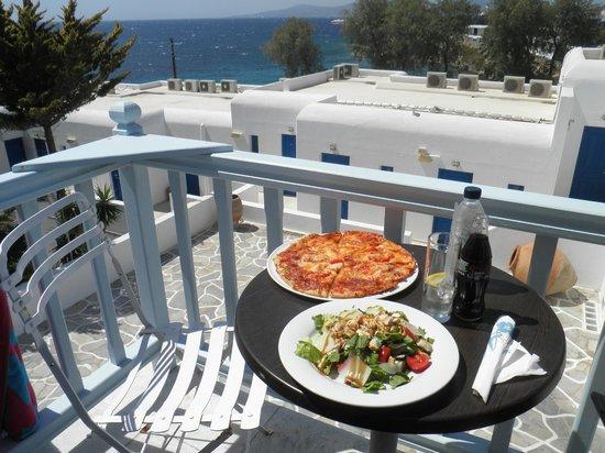 Poseidon Hotel - Suites : Room Service bueno