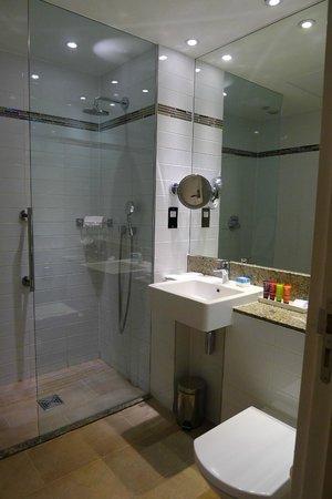 Rydges Kensington London : Clean bathroom