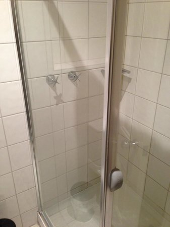 Grand Pacific Hotel Lorne: Shower - on the small side