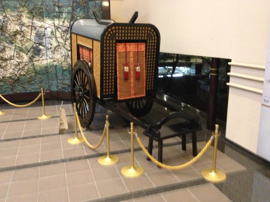 Kyoto Tokyu Hotel: Vintage traditional carriage on show in the foyer of the hotel