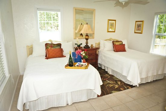 Island Paradise Cottages of Madeira Beach : Lovely Sweet Jasmine Cottage has 2 full beds with fine quality linens & wonderfully comfy mattre