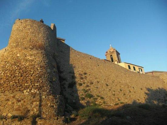 Giglio Castello: mura esterne, con il campanile della chiesa san Pietro