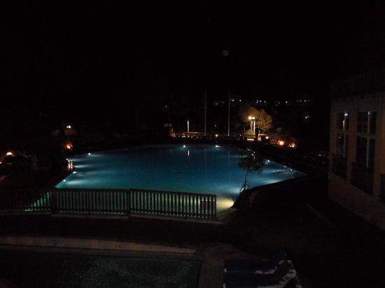 Holiday Green Resort & Spa : La piscine, vue de nuit