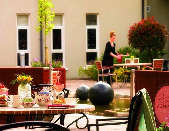 Horse & Jockey Hotel: Courtyard Cafe