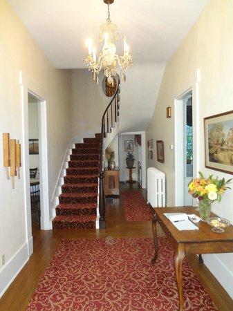 Copper Beech Manor Bed and Breakfast: Foyer