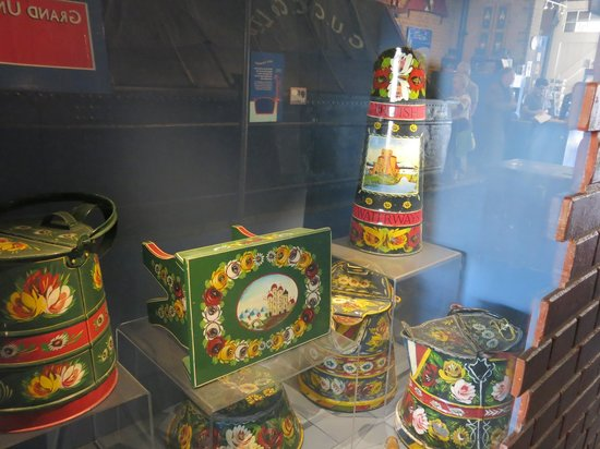 """London Canal Museum: some items decorated in """"narrowboat"""" style"""