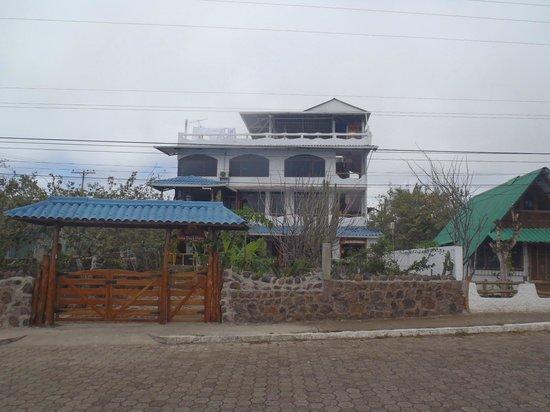 Casa Playa Mann Galapagos : Vista desde las afueras del hotel