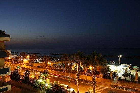 Hotel Sole : Lungomare di sera